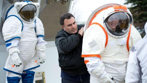 Pablo de León asiste a una astronauta.