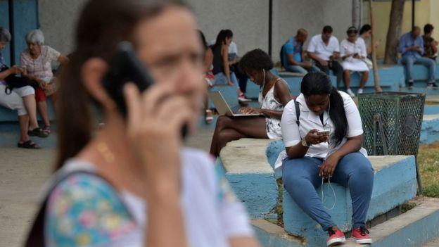 تا پیش از این شهروندان کوبایی میتوانستند در مکانهای عمومی به اینترنت دسترسی داشته باشند