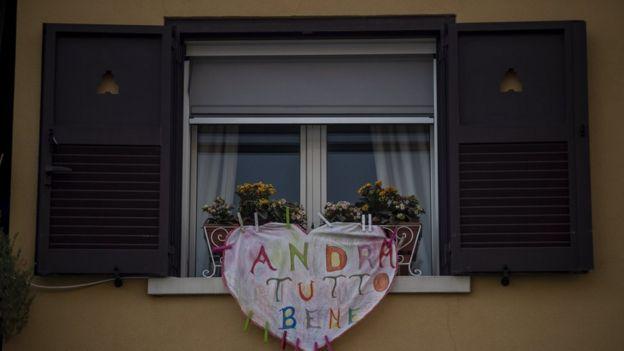 """Итальянцы из карантина подбадривают друг друга лозунгом Andra tutto bene - """"все будет хорошо"""""""