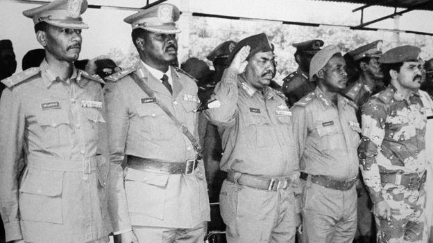 Rais Omar al-Bashir (katikati) alipoingia madarakani kwa mapinduzi mwaka 1989