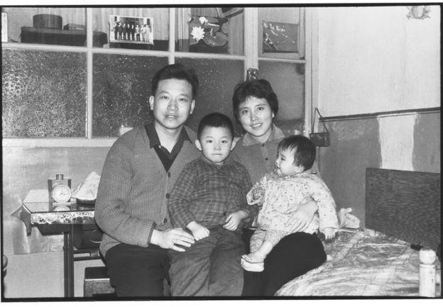 李振盛夫婦以及一對子女。