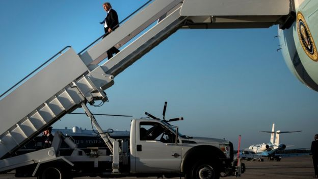 Trump desce de avião