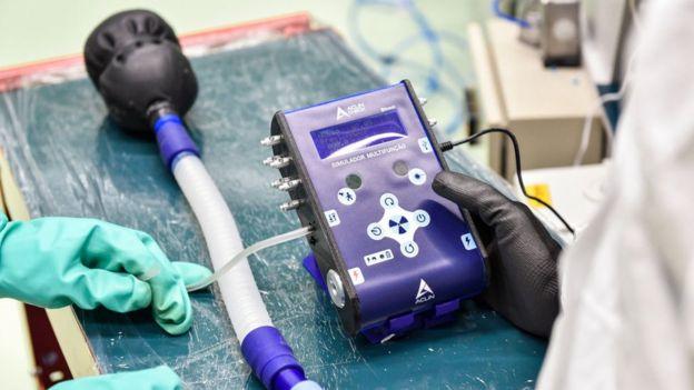 Reparación de un respirador en la fábrica FIAT de Brasil.