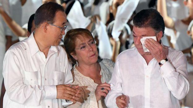 Bachelet consuela a Juan Manuel Santos