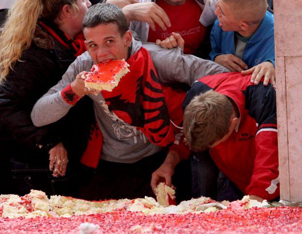 Дети едят праздничный торт в столетний юбилей независимости Албании от Османской империи. 28 ноября 2012 года.