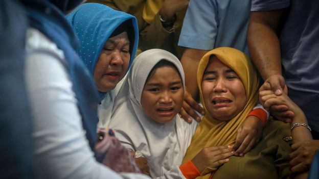 familiares llorando en el aeropuerto