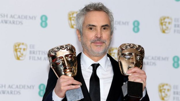 Alfonso Cuarón con sus dos premios Bafta