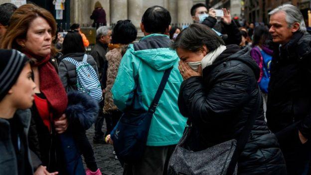 Una mujer estornuda en Italia