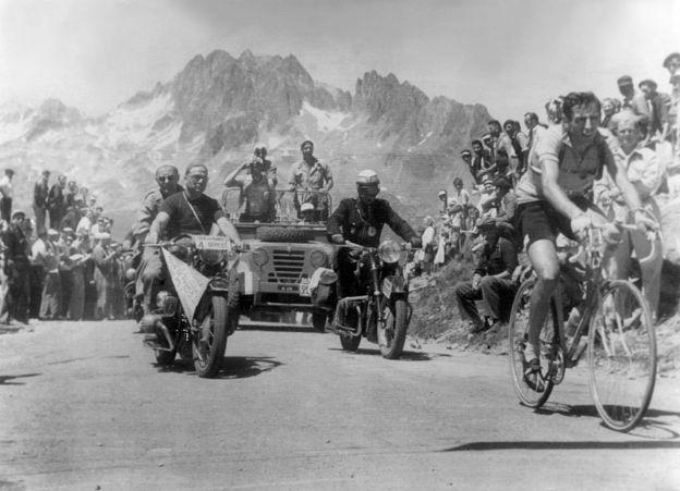 El italiano Fausto Coppi fue el primer ganado en la cima del Alpe D'Huez en 1952.