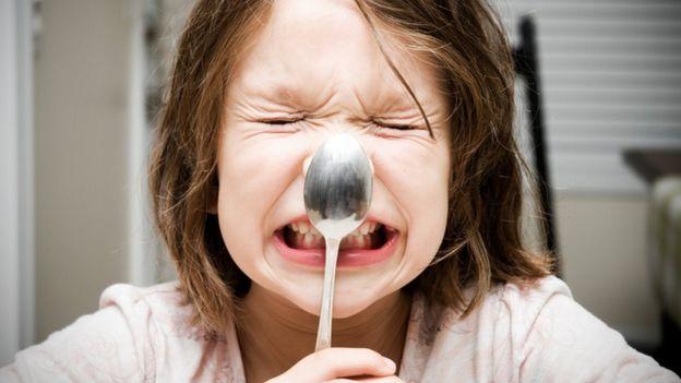 Una niña con una cuchara