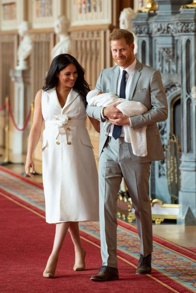 Meghan e Harry chegam para mostrar o bebê