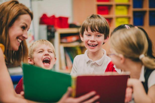 Niños leyendo con su maestra.