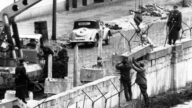 soldados constroem muro de berlim