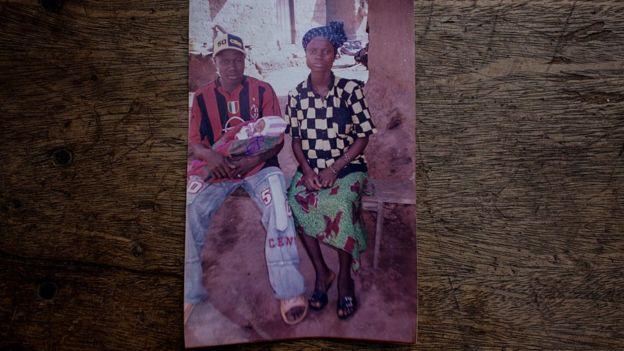 Foto de la familia del bebé identificado como paciente cero en el brote de ébola de 2013.