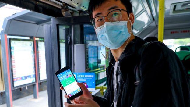 Vuhan'da telefonlarında 'yeşil' ışık belirenler serbestçe dolaşabiliyor.