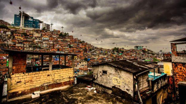 Vista panorámica de una favela en Alemão