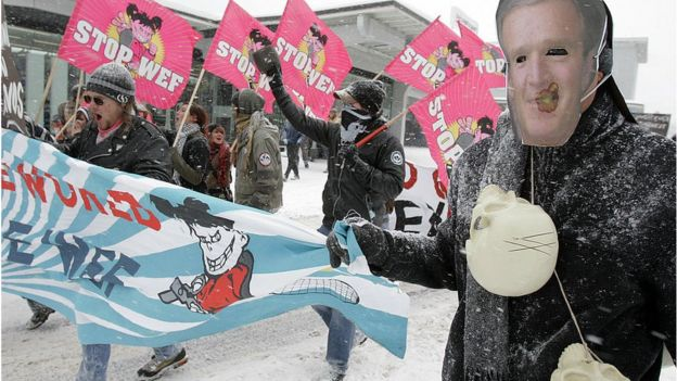 Protestas por la presencia del expresidente George W Bush en Davos en 2007.