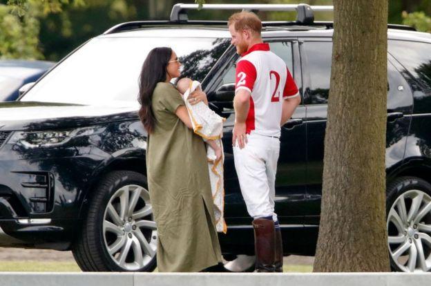 Статья BBC: Гарри и Меган прощаются с королевскими титулами. Как они теперь
