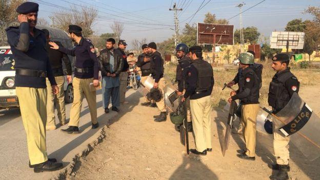 Police outside Haripur jail, Pakistan (7 Feb 2018)