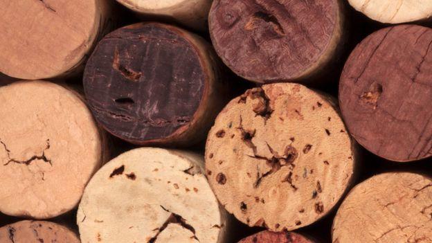 rolhas de vinho manchadas pelo vinho