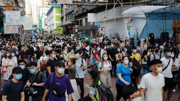 示威者不一定身穿黑衣,疫情期间亦人人戴口罩,这儿平时也人流密集,难以找出谁是示威者、谁是路人。