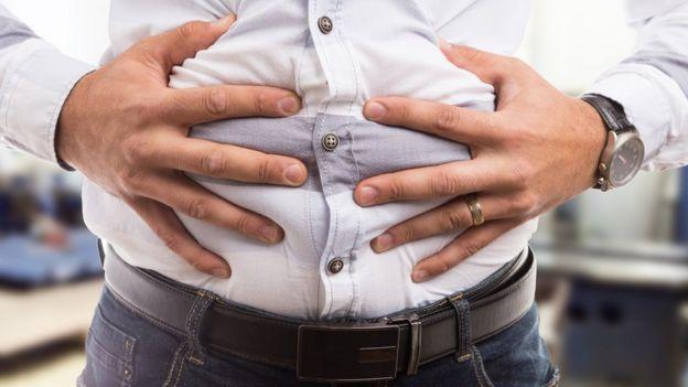 Hombre con el estómago hinchado