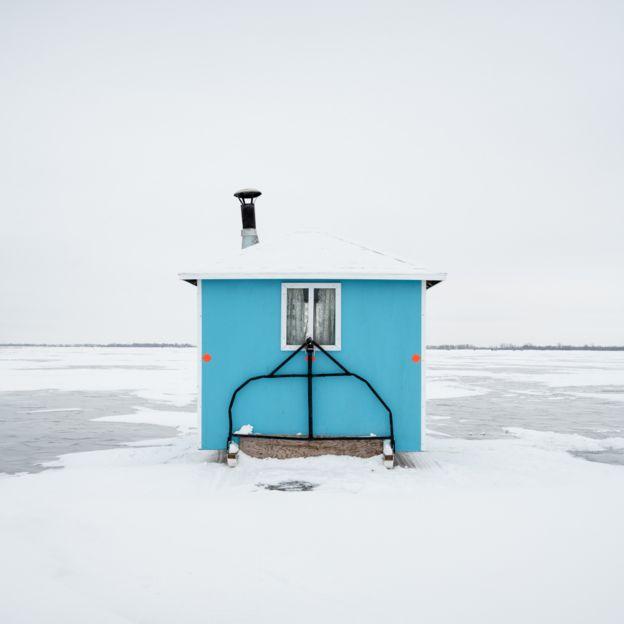 كوخ حشبي في الثلج
