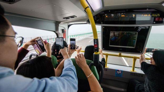 Xe buýt chở khách trên cầu