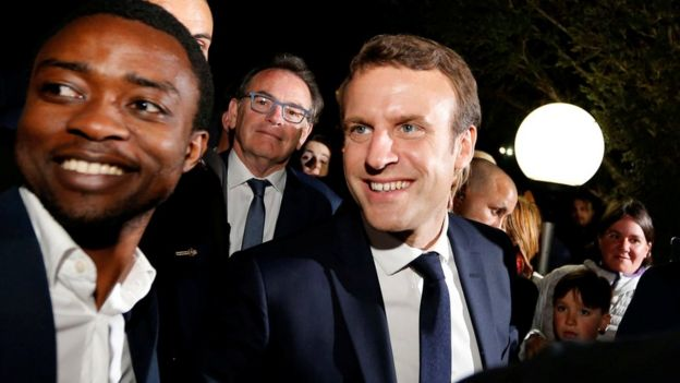Emmanuel Macron speaks with supporters at the restaurant Bowling in Rodez, France (May 4, 2017)