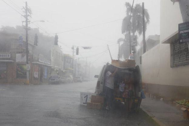 Ciudadanos de Puerto Rico bajo la lluvia