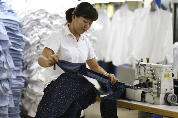 Nhân công tại một xưởng may ở Hà Nội. Nhiều nước Á Đông mong cuộc chiến thương mại Mỹ-Trung sẽ giúp nước ở vào vị trí thuận lợi hơn