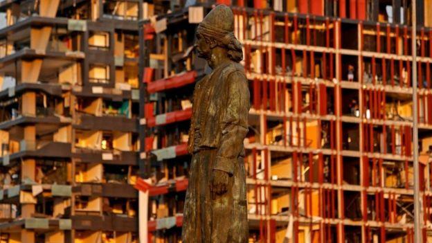 Памятник в Бейруте на фоне поврежденных зданий