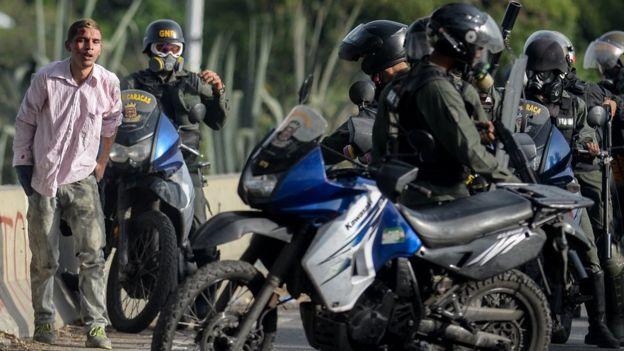 Agentes motorizados de la Guardia Nacional