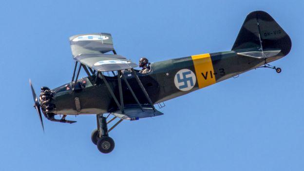 Avião restaurado da Força Aérea da Finlândia com uma suástica azul