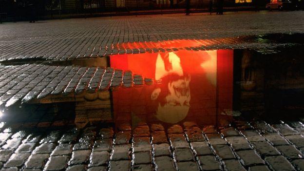 Reflejo de imagen de Lenin en charco de agua.