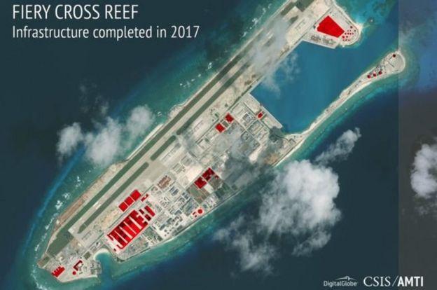 南沙永暑島衛星照片顯示出彈藥倉庫(紅色)、雷達裝置等軍事設施。