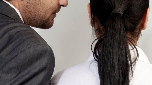 كيف تتصرفين إذا تعرضت للتحرش الجنسي في العمل؟