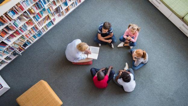 Professora lê para alunos
