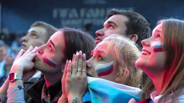 میلیونها روس امشب دیدار تیم فوتبال کشورشان را با هیجان فوقالعاده دنبال کردند