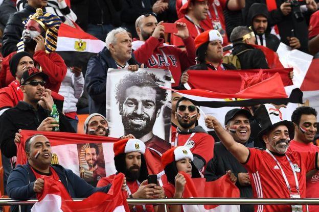 Aficionados egipcios con la igura de su gran ídolo, Mohamed Salah.