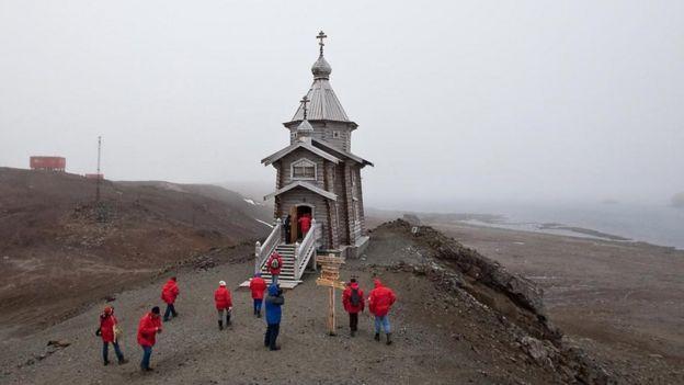 تضم المنطقة كنيسة روسية