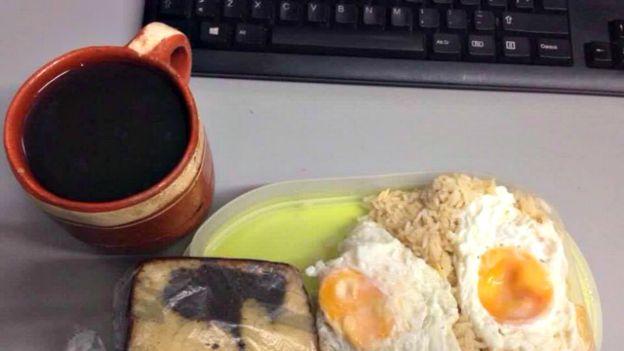 Un café junto a una laptop. (Foto: cortesía de Mundo Godínez)