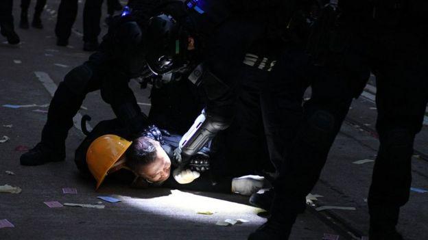 Manifestante en el suelo