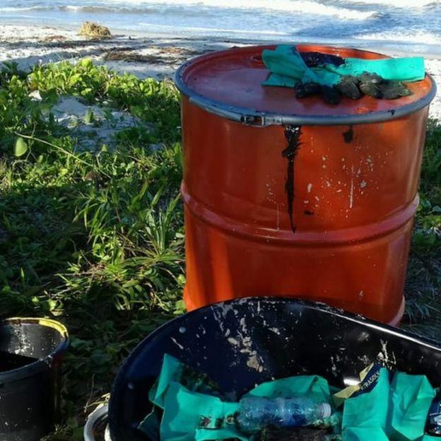 Tonel com óleo retirado do mar em Canavieiras