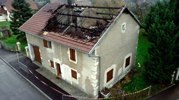 Una casa con el techo quemado.