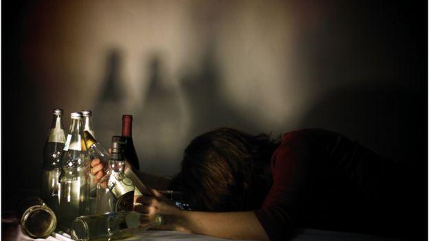 Mulher e garrafas de bebida