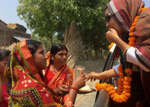 Women offer sweets to Mahua Moitra