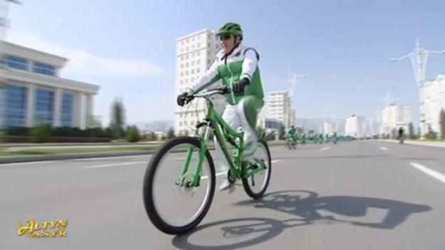 Devlet Başkanı Berdimuhammedov devlet televizyonlarında sıklıkla bisiklete binerken görülüyor.