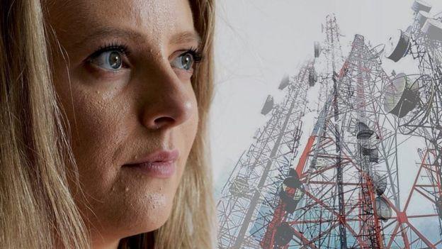 Emma mira unas torres repetidoras