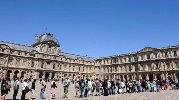 طابور السياح أمام متحف اللوفر في باريس عام 2017، وأغلق المتحف أبوابه ليوم كامل في هذا العام بعد أن غادره الموظفون احتجاجا على اكتظاظه بالزوار